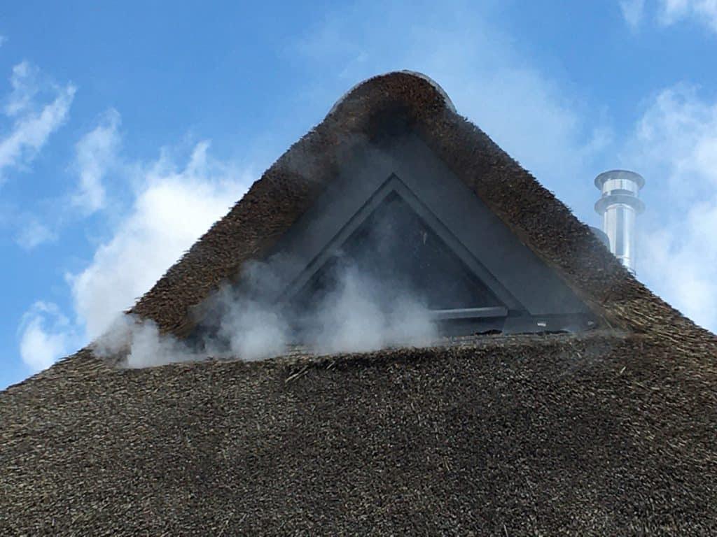 Rooktest bij woning met rieten dak