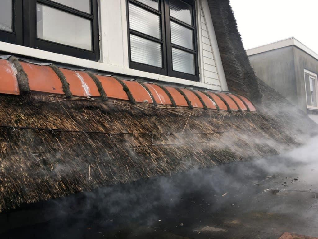 Rooktest bij een rieten dak in Leeuwarden, Friesland